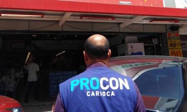 Agente fiscaliza supermercado Vianense da Freguesia Foto: Divulgação/Procon