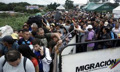 Em movimento. Venezuelanos se aglomeram na fronteira com a Colômbia: analistas temem que a imigração aumente ainda mais após as eleições de abril, quando Nicolás Maduro poderá se reeleger Foto: CARLOS EDUARDO RAMIREZ / REUTERS