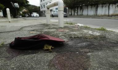 Um boné da vítima foi deixado no local do crime, na Rua General Rondon, depois que o corpo foi removido. Foto: Gabriel de Paiva / Agência O Globo