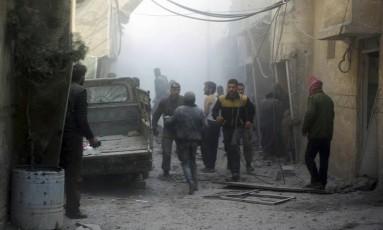 Em imagem divulgada neste sábado pelo grupo Capacetes Brancos, Defesa civil síria e civis ajudam a resgatar sobreviventes de ataque em Ghouta Oriental pelas forças de segurança do país Foto: Uncredited / AP/ Capacetes Brancos