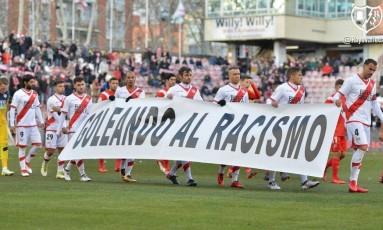 """Elenco do Rayo Vallecano entra em campo com faixa, que trazia a mensagem """"Goleando o racismo"""" Foto: Divulgação/Rayo Vallecano / Terceiro"""