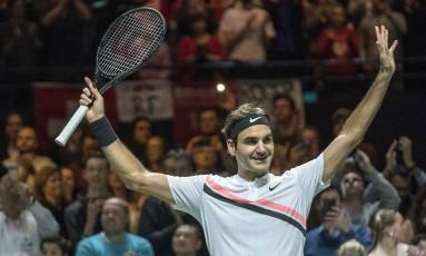 Número um do mundo, Roger Federer celebra vitória sobre o búlgaro Grigor Dimitrov, na final do ABN AMRO, em Roterdã, na Holanda, dia 18: foi seu segundo título na temporada Foto: Patrick Post / AP