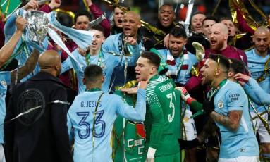 Elenco do Manchester City vibra com o título da Copa da Liga Inglesa, o primeiro conquistado com Pep Guardiola no comando Foto: PETER CZIBORRA / Action Images via Reuters