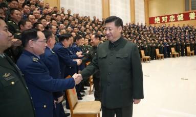 Presidente chinês, Xi Jinping, é saudade por militares em Chengu, na província de Sichuan Foto: LI GANG / Agência O Globo