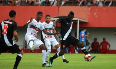 Riascos domina a bola na derrota do Vasco para a Portuguesa Foto: Paulo Fernandes/Vasco