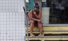 Luanda de Andrade, mãe do menino Marlon Andrade, de 10 anos, deixam o IML, na Leopoldina, após fazer o reconhecimento do corpo Foto: Marcos de Paula / Agência O Globo