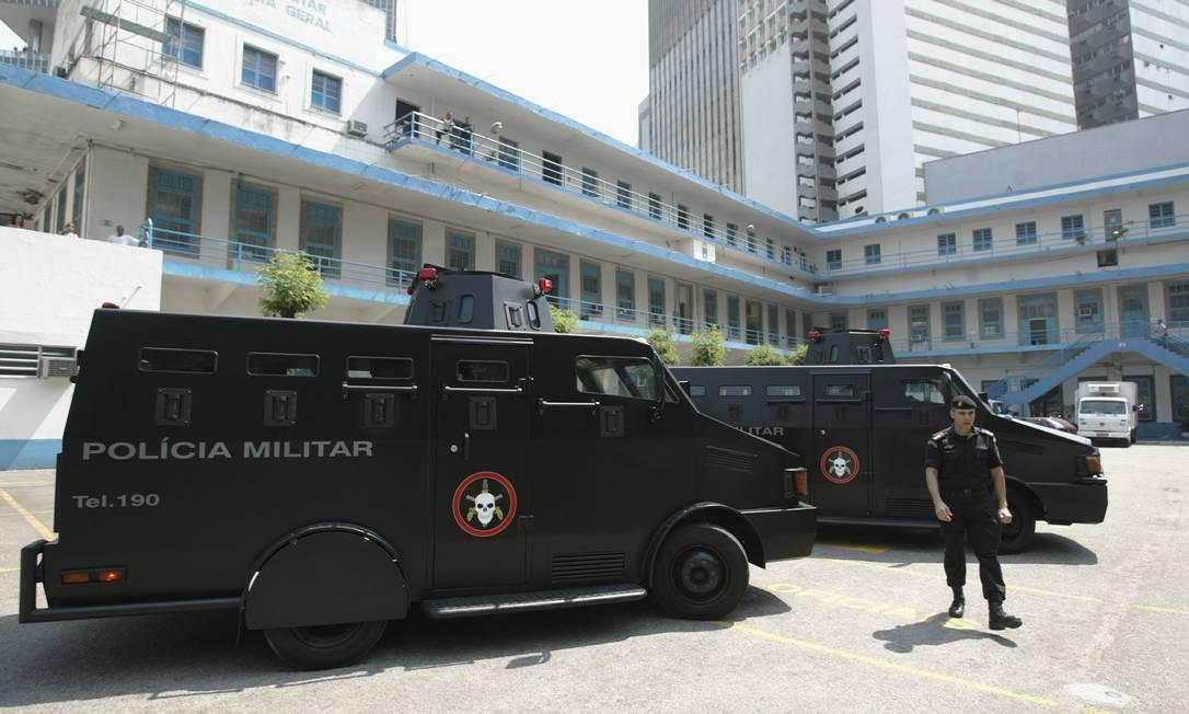 Blindados da Polícia Militar dentro do QG da corporação Foto: Guilherme Pinto / Agência O Globo