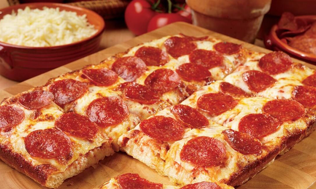 Na Sorella, as pizzas são quadradonas e são vendidas a partir de R$ 24,90 (a unidade), em versões clássicas, como marguerita, pepperoni e portuguesa, e outras, como vegana, doces e aliche. Rua Haddock Lobo 393, Tijuca. Tel.: 3005-4114. Foto: Divulgação