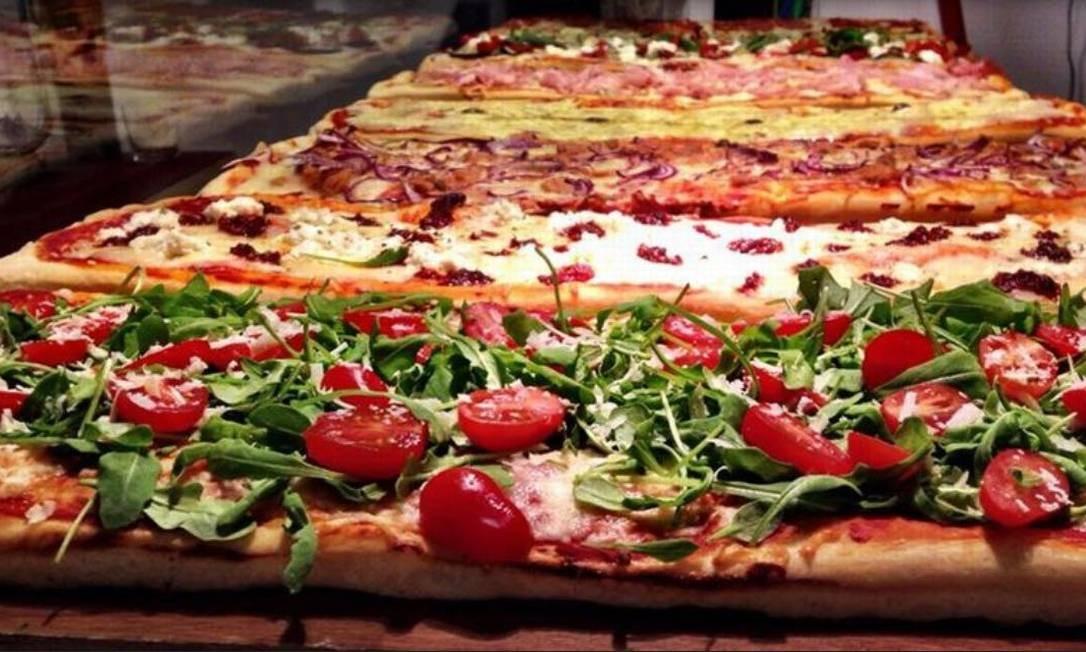 """Na nova loja do Paineiras Café, no Fashion Mall, tem pizzas """"romanas"""" com preços entre R$ 16,90 e R$ 19,90, nos sabores integral, linguiça calabresa, marguerita, portuguesa e parma com rúcula. A massa é de fermentação lenta e feita em forno de lastro (3811-2229). Foto: Divulgação"""