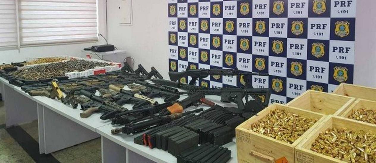 Resultado de imagem para Homem é preso com 12 fuzis, 33 pistolas e 40 mil projéteis no Rio de Janeiro