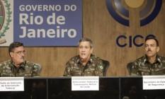 Sinott, Braga Netto e Richard Nunes durante entrevista sobre a intervenção no Rio Foto: Gabriel de Paiva / Agência O Globo