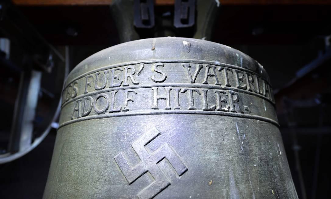 """O sino traz as inscrições: """"Tudo pela pátria - Adolf Hitler"""" Foto: UWE ANSPACH / AFP/19-5-2017"""