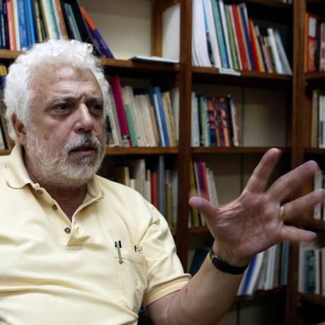 O professor, economista e cientista social Theotônio dos Santos Foto: Marcos Tristão / O Globo/17-08-2007