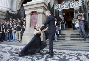 Ana Botafogo e Carlinhos de Jesus em ato realizado em dezembro de 2017 em frente ao Teatro Municipal pedindo o pagamento dos salários atrasados Foto: Domingos Peixoto / Agência O Globo