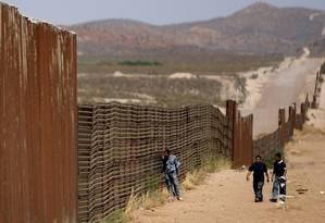 Mexicanos caminham pela fronteira de Sonora, no México, com Douglas, nos EUA Foto: Daniel Aguilar / Reuters