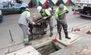 Coletor de bueiro é limpo por funcionários da prefeitura paulistana Foto: Fabio Arantes / Divulgação/ Secom