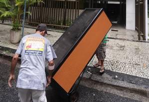 Adega climatizada é levada em mudança de Adriana Ancelmo para novo endereço Foto: Marcio Alves / O Globo/23-2-18
