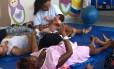 Mães e bebês durante sessão de toga e shantala