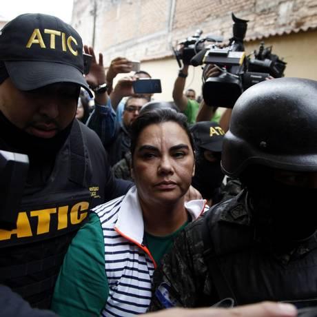 Ex-primeira-dama de Honduras, Rosa Elena Bonilla é escoltada na em delegacia de Tegucigalpa Foto: Fernando Antonio / AP
