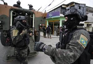 Militares fazem operação na comunidade da Coreia, em Senador Camara Foto: Pablo Jacob/Agência O Globo/27-02-2018