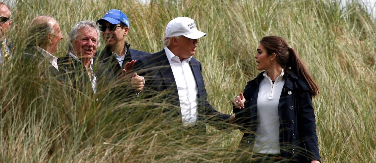 Então candidato à Presidência, Trump conversa com Hope Hicks durante jogo de golfe na Escócia Foto: Carlo Allegri / REUTERS