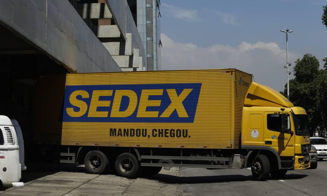 Caminhão do Correios no Centro de Distribuição, na Avenida Presidente Vargas Foto: Gabriel de Paiva