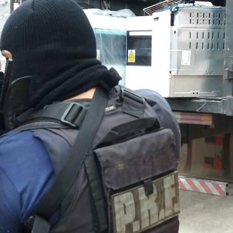 Agente da PRF no interior da comunidade, próximo ao caminhão recuperado Foto: Divulgação/PRF