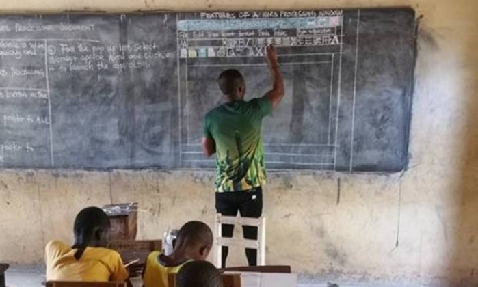 Professor viraliza com aula de computação sem computador