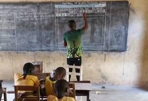 Alunos de Gana têm aula da plataforma Microsoft Word no quadro Foto: Reprodução/Facebook