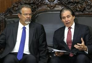 O presidente do Senado, Eunício Oliveira, e o ministro de Segurança Pública, Raul Jungmann, durante encontro no Congresso Foto: Givaldo Barbosa / Agência O Globo