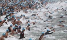 Nadadores se lançam no mar de Copacabana: aumento do número de provas ajuda a atrair novos adeptos Foto: Sátiro Sodré / Divulgação - 3/4/2011