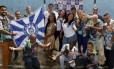 O carnavalesco Vinícius Nascimento (à esquerda) com integrantes da escola campeã da série E: próximo enredo será popular