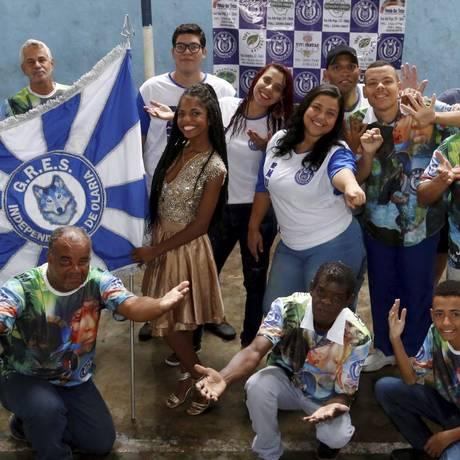 O carnavalesco Vinícius Nascimento (à esquerda) com integrantes da escola campeã da série E: próximo enredo será popular Foto: Agência O Globo / Fábio Guimarães