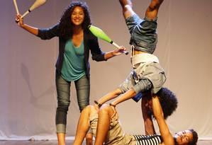 Grupo de vizinhos da Arena Jovelina Pérola Negra, na Pavuna, faz aulas de circo no espaço Foto: Agência O Globo / Fábio Guimarães