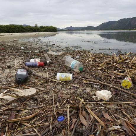 A quantidade de lixo sólido trazida pelos rios que deságuam na Lagoa de Itaipu sobressai às margens do espelho d'água, cada vez mais escuro por falta de oxigênio Foto: Fábio Guimarães / Agência O Globo