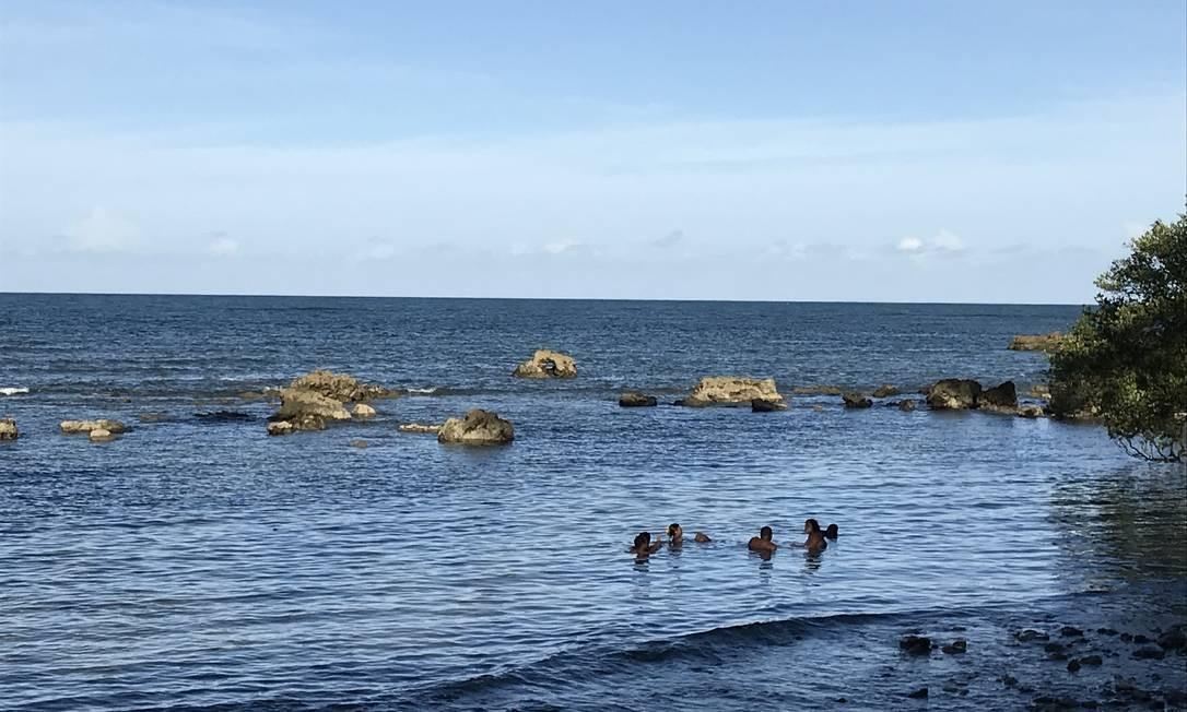 Parada para um mergulho em trilha que leva à Praia de Moreré, na Ilha de Boipeba. Foto: Léa Cristina / Léa Cristina