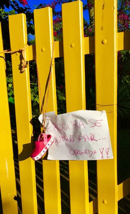 """""""Procura-se o outro par"""", diz o bilhete deixado em portão de Barra Grande, ao lado de um pé do sapatinho de criança. E, já agradecendo, acrescenta """"Obrigada"""". Foto: Léa Cristina"""