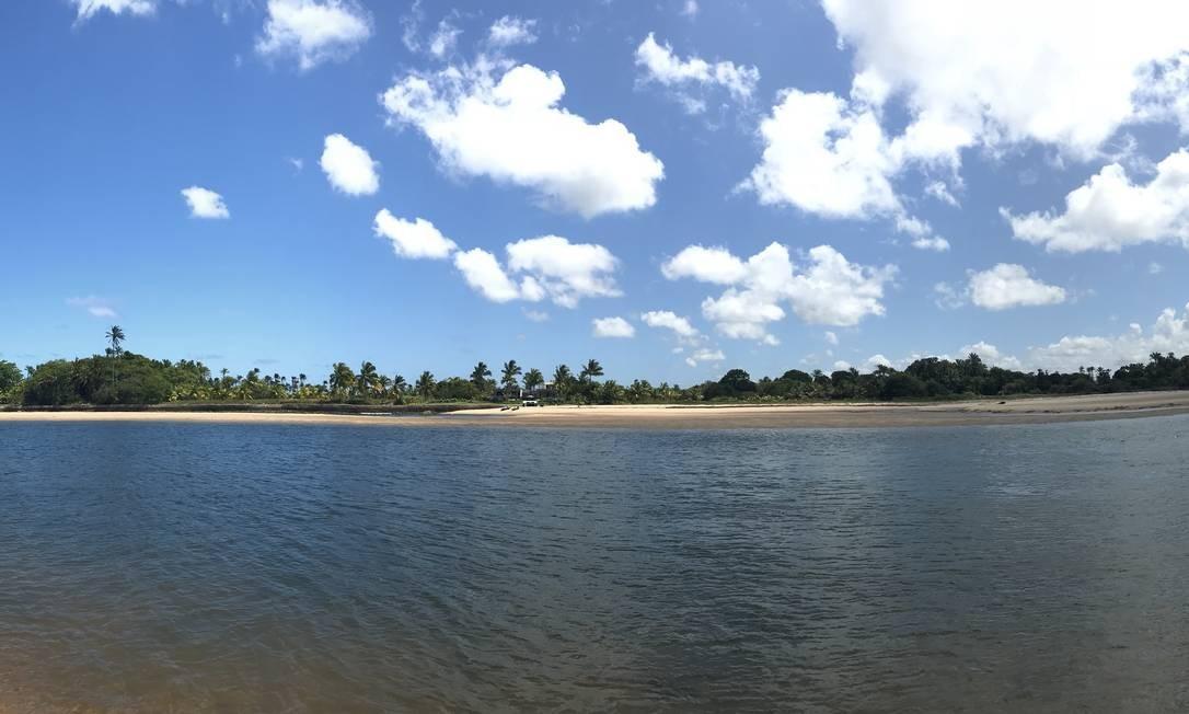 A foz do Carapitangui, em Barra Grande, na Costa do Dênde, Sul da Bahia, durante a maré alta: mar segue rio adentro. Foto: Léa Cristina / Léa Cristina