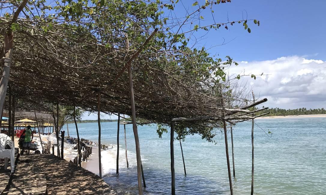 Em dias de maré alta, passarela é a opção para quem desce da vila da Ilha de Boipeba, na Costa do Dendê, em direção às praias ao sul. Foto: Léa Cristina / Léa Cristina