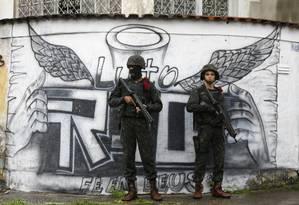 Militares durante a operação conjunta do Exército com policiais na comunidade da Vila Kennedy, na Zona Oeste do Rio Foto: Pablo Jacob / 23-2-18