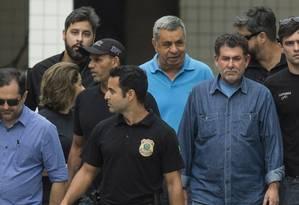 Albertassi (à esquerda), Picciani e Melo escoltados por policiais federais Foto: Guito Moreto / Agência O Globo/21-11-17