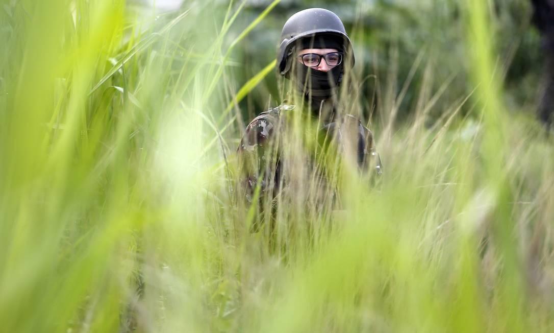Militar durante operação em São Goncalo Foto: Marcos de Paula / Agência O Globo