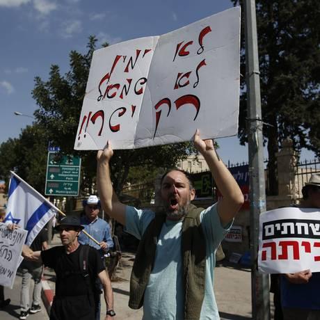 Israelense protestam em frente à residência oficial do primeiro-ministro enquanto Netanyuahu prestava depoimento à polícia. Foto: AHMAD GHARABLI / AFP