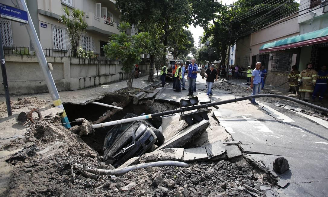 Carro cai dentro de cratera em Vila Isabel Foto: Pablo Jacob / Agência O Globo