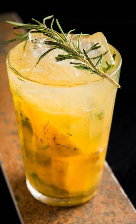 Botero. A Fabi será a convidada especial do bar no Dia das Mulheres. A caipirinha é vodca, abacaxi, uva e xarope de canela (R$ 28). Mais conhecida é a Mandarina (foto): vodca citron, tangerina, alecrim e xarope de açúcar (R$ 28). Travessa Euricles de Matos 46, Laranjeiras (3734-3701) Foto: LipeBorges (lipeborges.com.br) / Divulgação