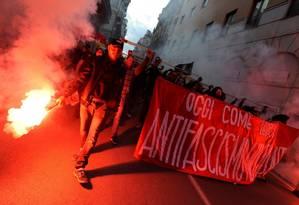 Manifestantes anti-fascismo marcham em ruas de Palermo, na Sicília, a poucos dias das eleições legislativas na Itália Foto: GUGLIELMO MANGIAPANE / REUTERS