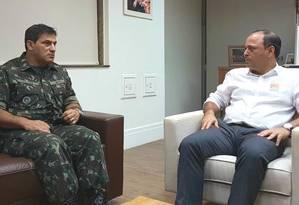 O general Adilson Carlos Katibe em reunião com o prefeito Rodrigo Neves: segurança em pauta. Foto: Flávio Pessoa / Divulgação