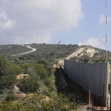 Discórdia. Parte do muro de concreto que Israel está construindo junto à fronteira Sul do Líbano Foto: JOSEPH EID / AFP/24-2-2018