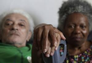Luiz Xavier, de 83 anos, e Maria Gonçalves, de 76, vivem sozinhos em um pequeno apartamento no Centro. Eles recebem só uma visita semanal, de um voluntário idoso Foto: Gustavo Miranda / Agência O Globo