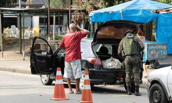 Forças Armadas reúnem 1,4 mil agentes na Vila Kennedy